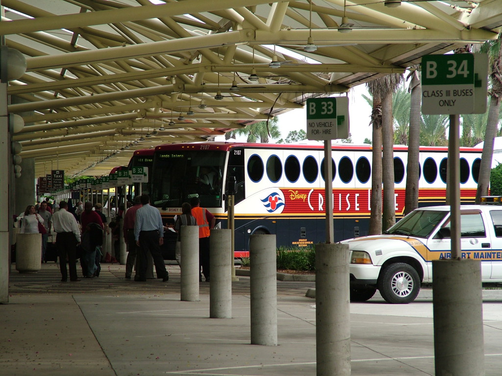 Reisetips for alle som skal reise med familie eller barn til USA eller utlandet på ferie - Disney har egne busser som frakter passasjerer til og fra disney cruise