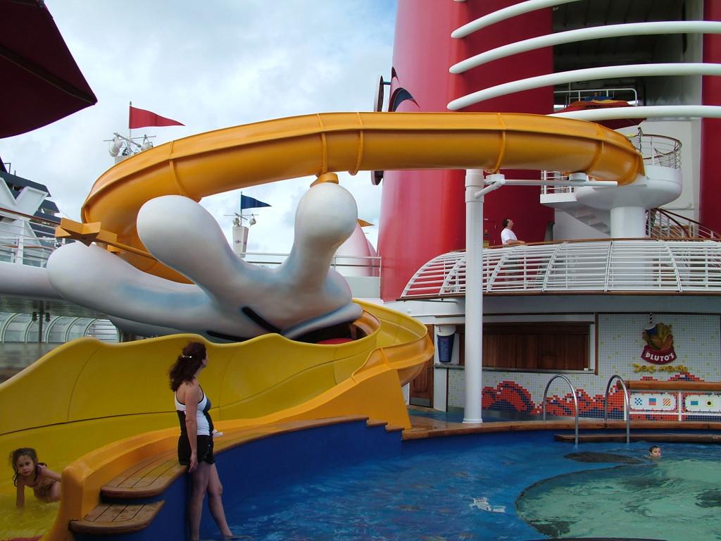 Reisetips for alle som skal reise med familie eller barn til USA eller utlandet på ferie - Mikke Mus svømmebasseng disney cruise