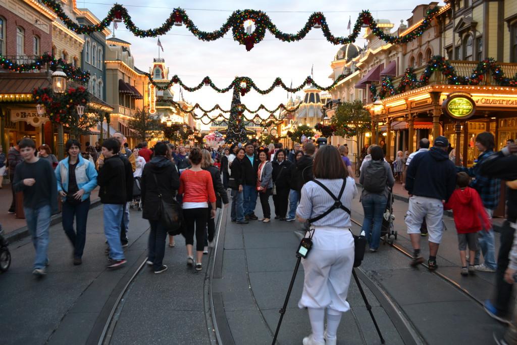 Reisetips for barn og unge i Florida, USA: Disney Magic Kingdom i julen. Disney sine egne fotografer står klar til din disposisjon