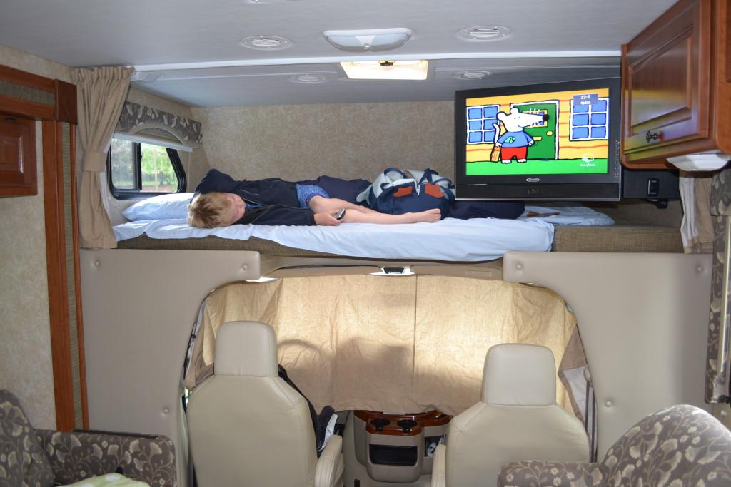 Reisetips for familier, barn og voksne - God sovekrok med tv på alkove i bobil