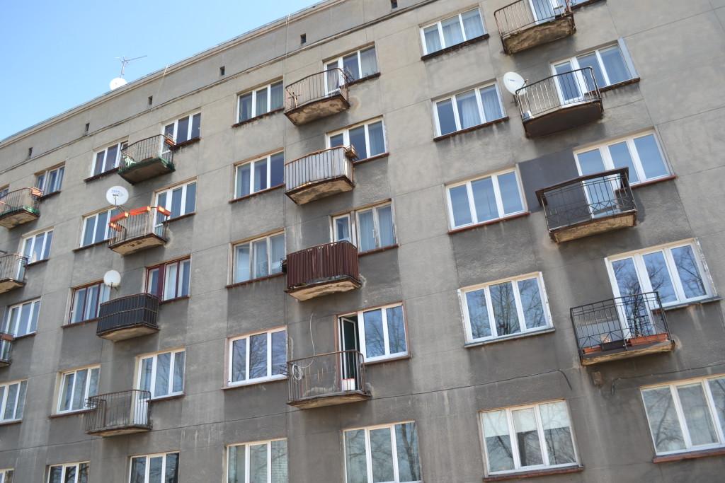 Latvia - typisk kubistisk boligblokk med balkong litt utenfor Riga sentrum