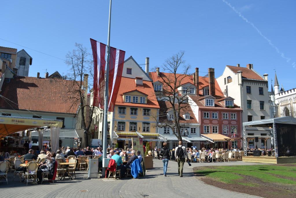 Gamlebyen i Riga med yrende liv og flere torg er et godt reisetips for helgetur til Latvia, enten du reiser alene, men familie eller venner
