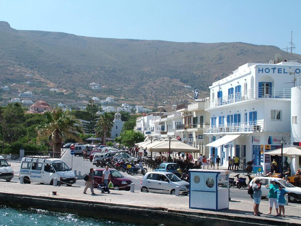 Paros ligger 10 minutter med båt fra Anitparos