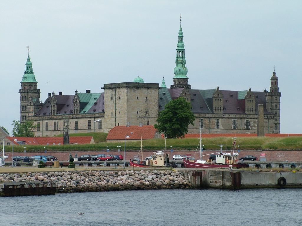 Et reisetips for Danmark nord for København er Helsingør og Kronborg slott. Her kan du reise sommer, vår, vinter og høst. Ta familien med på tur