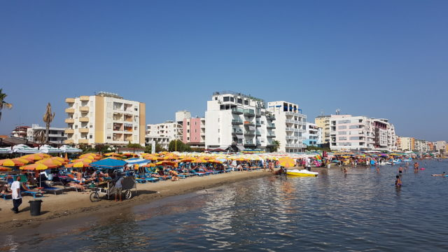 På vei til Durres og Tirana i Albania på ferie